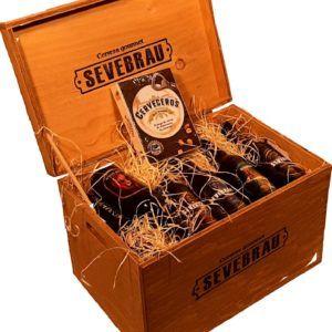Cajón de madera con 18 cervezas surtidas